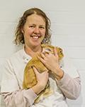 Dierenarts Marije Hiemstra met konijn bij Dierenkliniek Emmeloord
